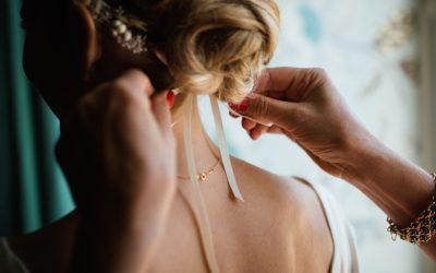 Comment installer des rallonges de cheveux avec du ruban adhésif ?