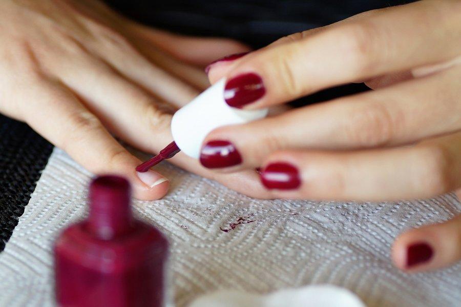 Comment faire sécher le vernis à ongles plus rapidement ?