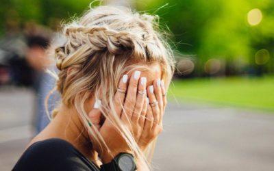 7 erreurs que vous faites avec votre base de maquillage et ils mettent des années sur vous.