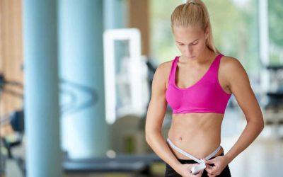 La combinaison du sport et de l'alimentation est essentielle pour atteindre la perte de poids dans le gymnase