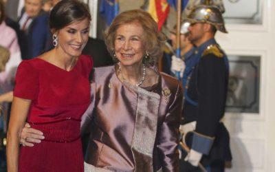 La reine Sofia et Doña Letizia, l'étreinte de la fierté pour les débuts fantastiques de la princesse Leonor