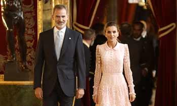Personnalités de la politique, de la culture et de la vie sociale, en compagnie du Roi et de la Reine lors de la réception au Palais Royal.