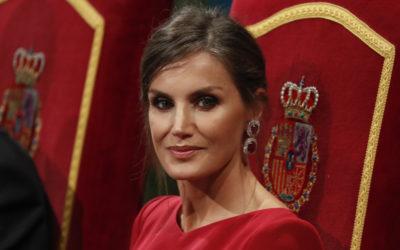 une robe rouge avec un effet'pailleté'.